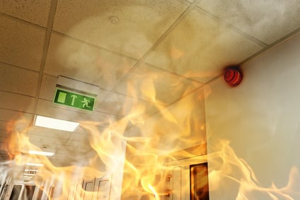 Rauchschaden: Feuer und Rauch in einem Gebäude